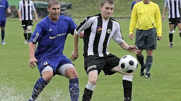 Kromě podzimního zápasu, který skončil nerozhodně 2:2, se Havlíčkův Brod utkal s Bystřicí i v zimní přípravě. Na snímku si před bystřickým Ondřejem Víchou kryje míč havlíčkobrodský Petr Slanař.