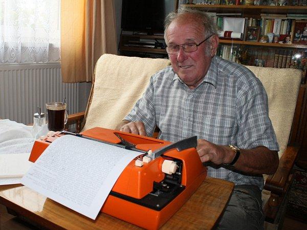 """""""Na psaní na počítači jsem si nikdy nezvykl. Raději pořád pracuji na psacím stroji,"""" říká súsměvem Pavel Vomela. Jeho rozsáhlý zájem ohistorii je zřejmý ipři pohledu na knihovnu vobývacím pokoji."""