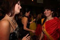 Výraznou převahu na parketu při plese obchodní akademie v Kulturním domě Ostrov v Havlíčkově Brodě měly dívky.