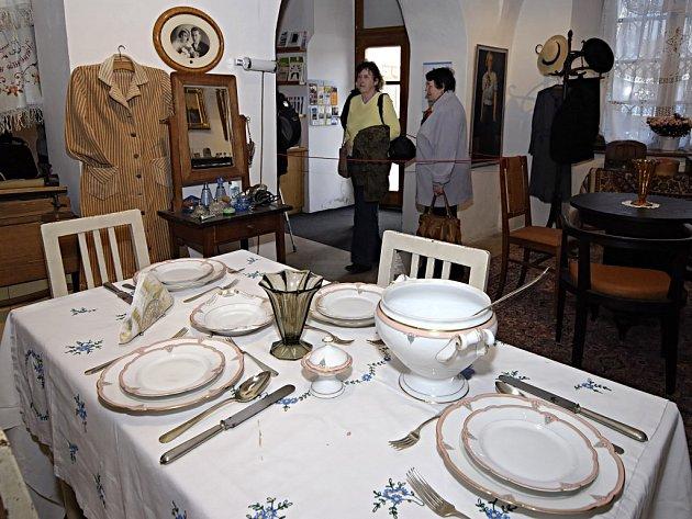 Takhle nějak mohl vypadat obývák a kuchyň měšťanů z první republiky. Sehnat exponáty dalo ale velkou práci, lidé tyto věci většinou už dávno vyhodili.