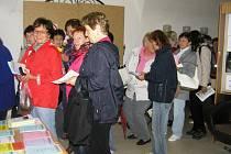 Celé hodiny byli ochotni stát frontu ve vestibulu Staré  radnice zájemci o zápis do Univerzity volného času, kterou pořádá  Krajská  knihovna Vysočiny.