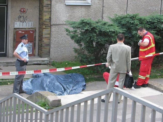 Bezvládné tělo muže, který s největší pravděpodobností vyskočil z okna, našli na lidé na Smetanově nábřeží.