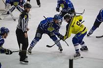 Hokejisté Velkého Meziříčí (v modrých dresech) v Kotlině neuspěli.