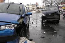 Řidička tmavě modrého Opelu nedala při odbočování z hlavní ulice doleva přednost protijedoucímu řidiči světle modrého Renaultu.
