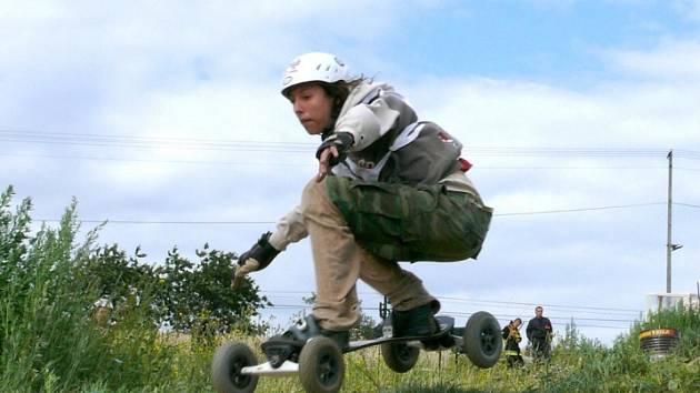 Velkolepá podívaná. Mountainboarding patří mezi nedávno objevené sporty, které vyznávají především mladí nadšenci. Má mnoho společného se snowboardingem. Hlavní roli hraje i tady prkno, ovšem na kolečkách. (ilustrační foto)