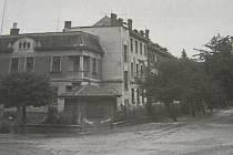 První dům, který bytové družstvo v Brodě koupilo v roce 1910. Patřil manželům Ješinovým. Stojí u silnice Masarykova. Tak vypadal v minulosti, zhruba v polovině 20. století.