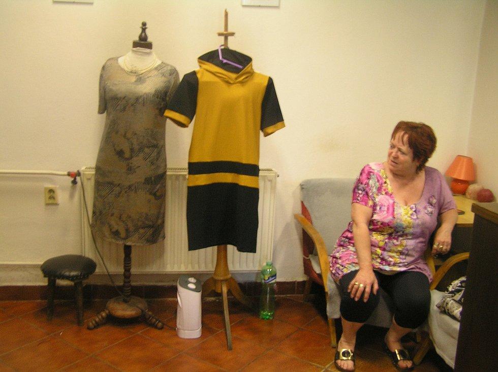 Věra Adamcová (na snímku) a její kolegyně švadlena Stanislava Bulíčková z Havlíčkova Brodu, si na malý zájem zákazníků stěžovat nemohou. Šijí pro ně i originální modely z vlastní dílny.