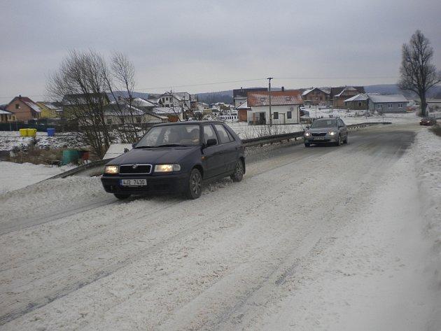 Navátá sněhová pole dělala řidičům starosti.