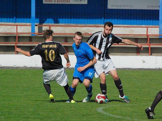 Cíl na dosah mají na dosah v podobě postupu do krajského přeboru fotbalisté Ledče (v černobílém).