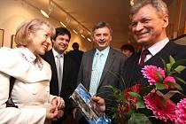 Poblahopřát k výstavě Josefu Saskovi, havlíčkobrodskému rodákovi (vpravo), přišla na páteční vernisáž starostka města Havlíčkův Brod Jana Fischerová a oba místostarostové - Čeněk Jůzl (uprostřed vpravo) a Libor Honzárek (uprostřed vlevo).