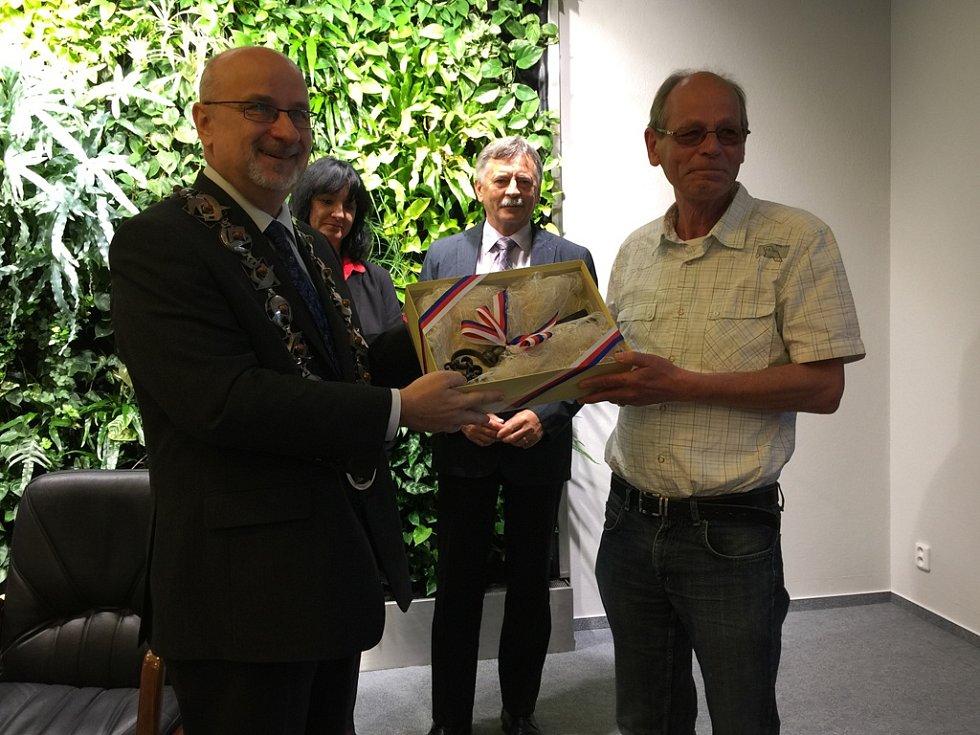 Starosta Havlíčkova Brodu Jan Tecl předává Martinu Kamerlingovi symbolický klíč od bran města a jmenuje ho čestným občanem města.