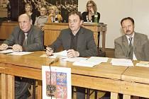 Představitelé Chotěboře. Zleva: tajemník Milan Linhart, starosta Tomáš Škaryd, místostarosta Zdeněk Janovský.