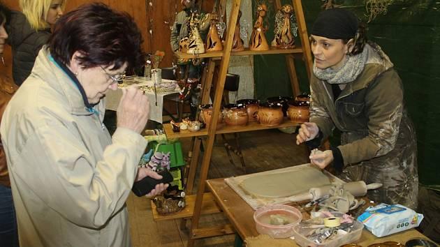 V obležení byl i stánek s keramikou a letovanými šperky Lenky Sedlákové z Jitkova (vpravo).