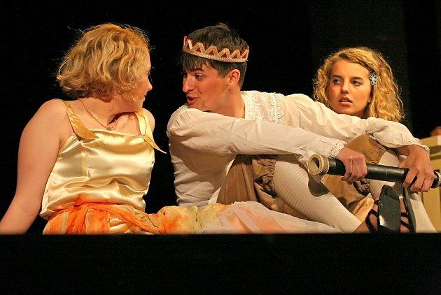 V rámci letošního čtyřiadvacátého ročníku divadelní přehlídky vystoupí ve velkém sále havlíčkobrodského KD Ostrov čtrnáct divadelních souborů