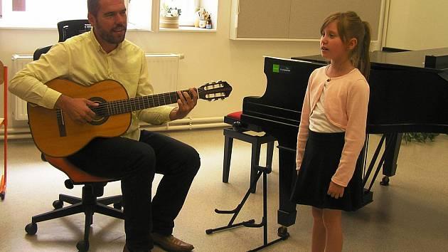 Budoucí umělci měli prokázat u zkoušky před komisí v čele s ředitelem Jindřichem Mackem hlavně talent a cit pro rytmus.