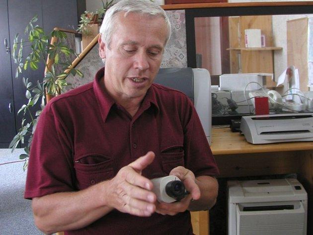 Petr Vokáč z havlíčkobrodské firmy Kelcom předvádí běžný prvek takových zařízení, kameru do interiéru.