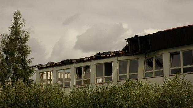 Vichřice zničila jeden pavilón, který byl loni zbourán. Teď čeká konec zřejmě celou školu.