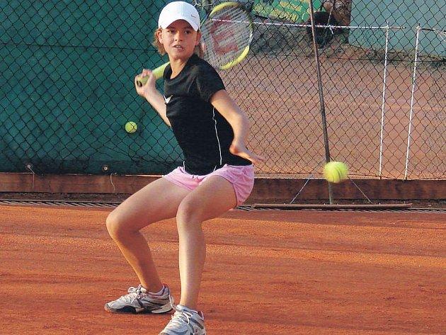 Mladá tenistka Petra Melounová (na snímku), která pochází ze Šmolov u Havlíčkova Brodu a nyní hájí barvy TK Agrofert Prostějov, patří k nadějím českého tenisu. Naposledy triumfovala na Ledečském zámku, když ovládla dvouhru i čtyřhru.