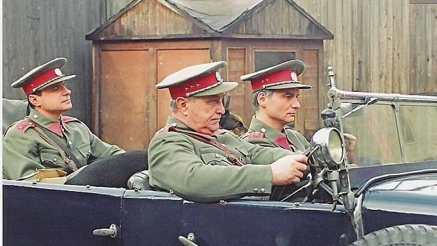František Švihlík alias Čenda Němec řídí četnický vůz