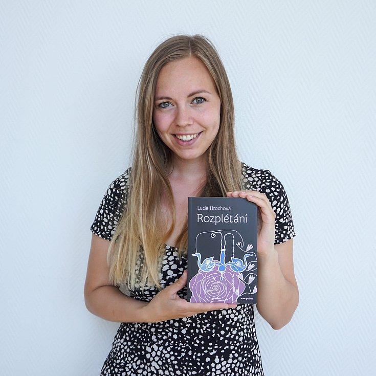 Lucie Hrochová se svou knihou Rozplétání.