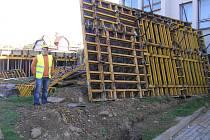 Podle Hynka Pokorného z firmy Unistav (na snímku) stavba pokračuje podle plánu. Stavebníci chystají bednicí dílce na novou budovu.