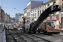Havlíčkobrodská Dolní ulice je v současnosti rozkopaná. Pokračuje tam totiž další fáze revitalizace Havlíčkova náměstí. Práce probíhají svižně i za plného provozu okolních obchodů. V ulici jsou vytvořena místa, kde se chodec dostane na druhou stranu.