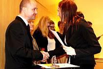Martin Kubát přebírá ocenění od koordinátorky dobrovolníků Fokusu Ivety Krčálové.
