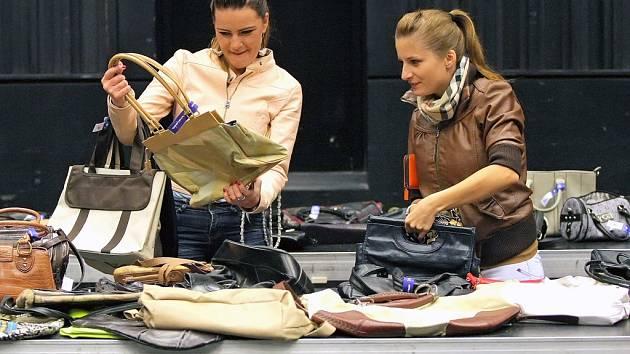 Téměř půl druhé tisícovky kabelek ve středu několik hodin vykoupily především návštěvnice veletrhu.