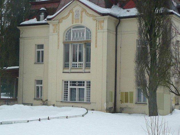 Na okraji Krucemburku je u silnice na Hlubokou zcela nepřehlédnutelná Bílá vila rodiny Binkovy.