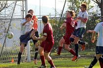 Komplex. Ten musí mít fotbalisté Borové (v tmavém) z Lučice. V posledních třech vzájemných utkání s tímto soupeřem nezískali ani bod a nedokázali mu vstřelit gól.