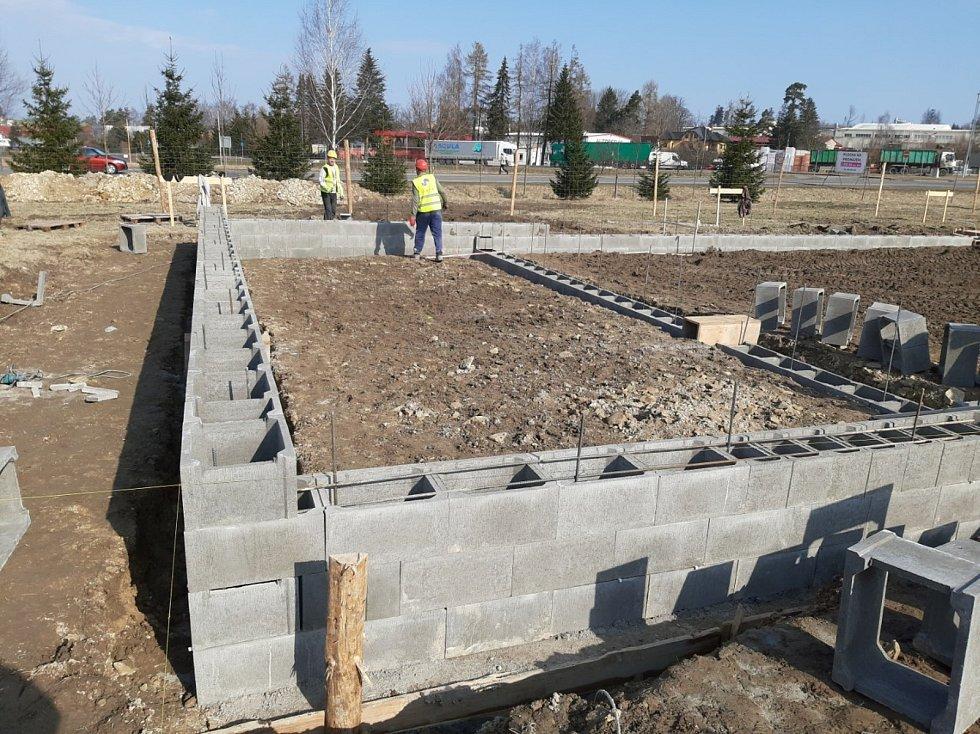 Na prostranství za obchodním domem se už činí stavební stroje.