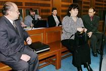 Tři u soudu. Zpovídají se z podvodů a zpronevěry. Vladimír Nedbal (vlevo), Hana Knobová a Radek Nedbal jsou obžalováni, že během sedmi let zpronevěřili dohromady přes 16 milionů korun.
