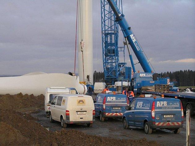 Neobvyklá podívaná se nabízela motoristům projíždějícím v sobotu kolem obce Kámen na Havlíčkobrodsku. Málokdo z nich viděl, jak vypadá v praxi stavba větrné elektrárny.