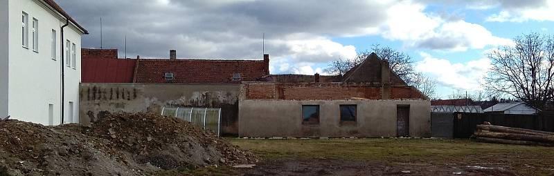 Z přístavku obecního úřadu ve Vilémově na Havlíčkobrodsku dnes odpoledne po poryvu větru odletěla nová plechová střecha. Přistála u sousedů a poničila další dvě střechy.