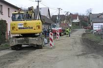 Obyvatelé Pohledu se hlučných strojů hned tak nezbaví. Po kanalizaci tady začne stavba průtahu obcí.