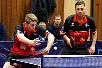 ZÁSTUPCE MLÁDÍ.  S osmnáctiletým Radkem Skálou (vlevo) se v HB Ostrov počítá i pro zápasy v nejvyšší soutěži.