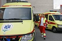 Zaměstnanci krajské záchranné služby se denně snaží poskytnout první nezbytnou lékařskou pomoc.