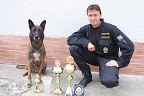Havlíčkobrodský policejní kynolog Jaroslav Mrtka s belgickým ovčákem Dickem.