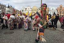 Masopustní průvod masek prošel Horní ulicí v Havlíčkově Brodě za doprovodu folklorního souboru Kalamajka. Celkem se představilo okolo sta masek.