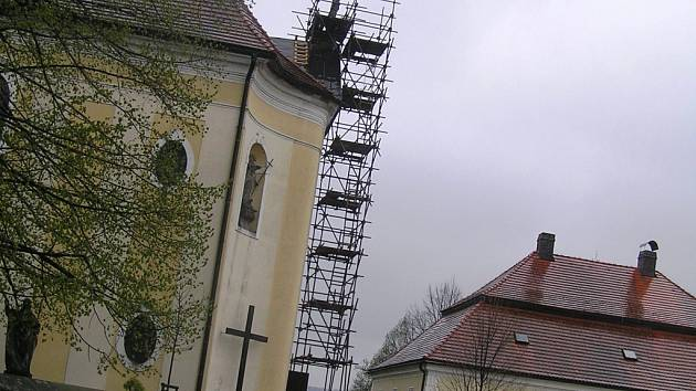 Do výše až 18 metrů asi bude muset vystoupat restaurátor, kterýt vrátí soše původní podobu.
