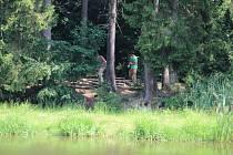 Místo činu. Kriminalisté ohledávají místo činu, kde bylo nalezeno tělo mrtvého jedenadvacetiletého muže.