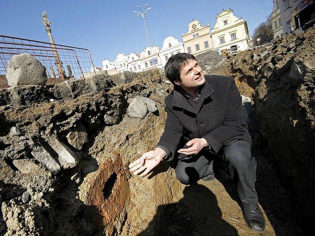 Nález, který může svojí historickou datací spadat až do čtrnáctého století, byl odkryt při revitalizaci Havlíčkova náměstí. Dělníci zde objevili dřevěné potrubí, jehož časové zařazení prozatím není známo. Může jít i o první doložený městský vodovod.