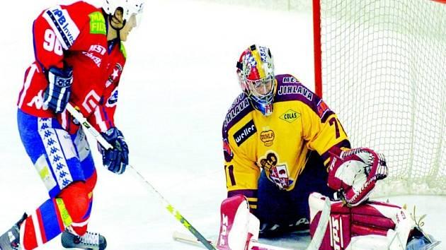 Rivalové. Už v přípravě na nový ročník první hokejové ligy budou k vidění derby zápasy. Vzájemné souboje mají naplánovány také Jihlava (ve žlutém Milan Řehoř) s Třebíčí (Milan Přibyl).