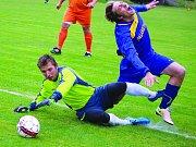 Fotbalisté Štoků (v modrém) už mohli slavit postup, a to ještě zbývá jedno kolo soutěže.