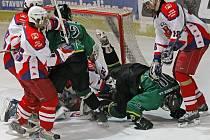 Havlíčkobrodští extraligoví dorostenci (v bílém) pomalu míří do vyřazovacích bojů. Hodně o tom napověděl i duel sKometou Brno, která mladé Rebely v tabulce nejvyšší soutěže nejvíce pronásleduje.