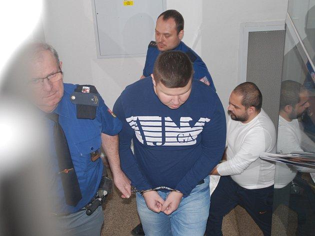 Proces se skupinou zlodějů provázel emotivní nátlak příbuzných. Na jednání v Havlíčkově Brodě si jedna žen rvala přímo v soudní síni vlasy.