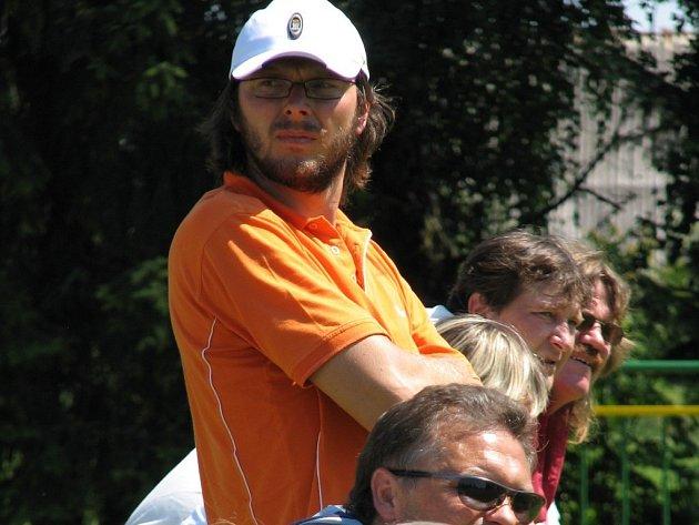 Kouč Josef Soural prožívá ve své druhé sezoně na lavičce Havlíčkova Brodu těžké chvíle. Osa týmu se rozpadá a on má před sebou úkol hodný trenérských mágů - udělat z jeho svěřenců zase jeden tým, který odvrátí hrozbu sestupu z divize.
