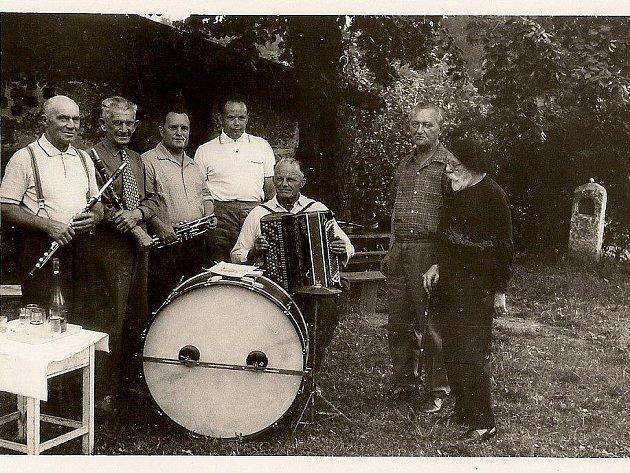 Druhé vydání publikace, jejímž autorem je Ladislav Langpaul starší, a která poprvé vyšla už před více než třiceti lety, obsahuje i dosud nevydané fotografie malíře spolu s obyvateli Okrouhlice. Jako například tento snímek s místními muzikanty z roku 1970.
