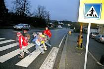 Nebezpečný okrouhlický přechod pro chodce se na jaře dočká významné stavební úpravy. Do té doby vzali rodiče bezpečnost dětí do svých rukou.