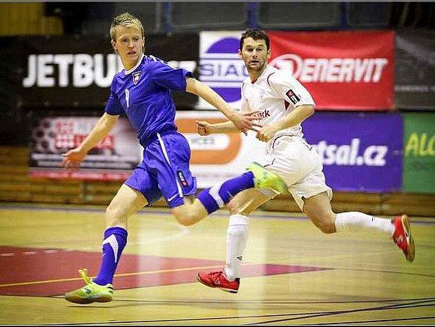 Semifinále si zahrál Michal Mareš II (v tmavém) v dresu Tanga Brno proti ERA–PACKU Chrudim. Potkal se tak na palubovce s Romanem Marešem (v bílém) a jeho bratrem Michalem Marešem I.